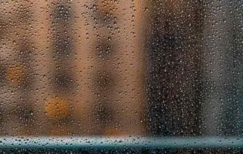 Cristal con vaho y gotas de lluvia.
