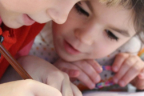 dos niñas haciendo sus deberes