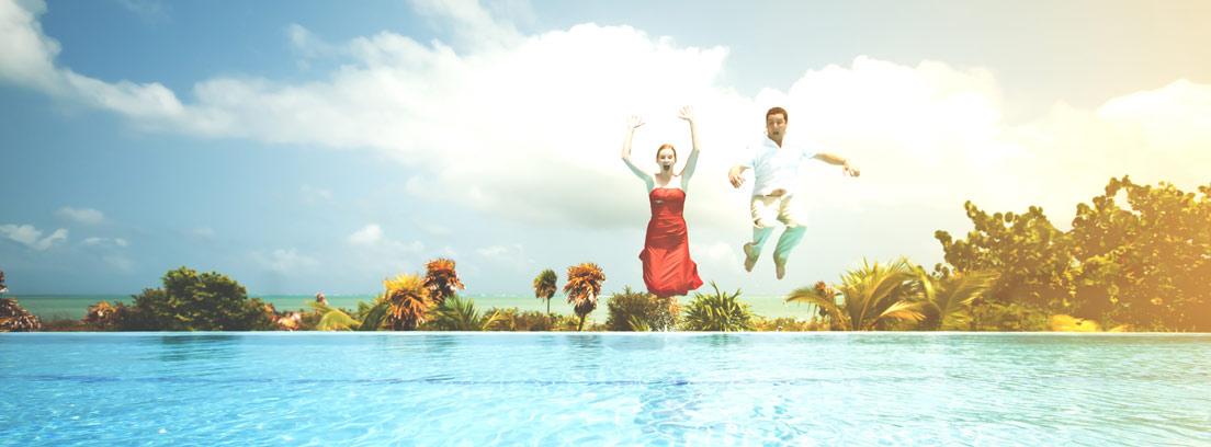 Hombre y mujer vestidos saltando a una piscina