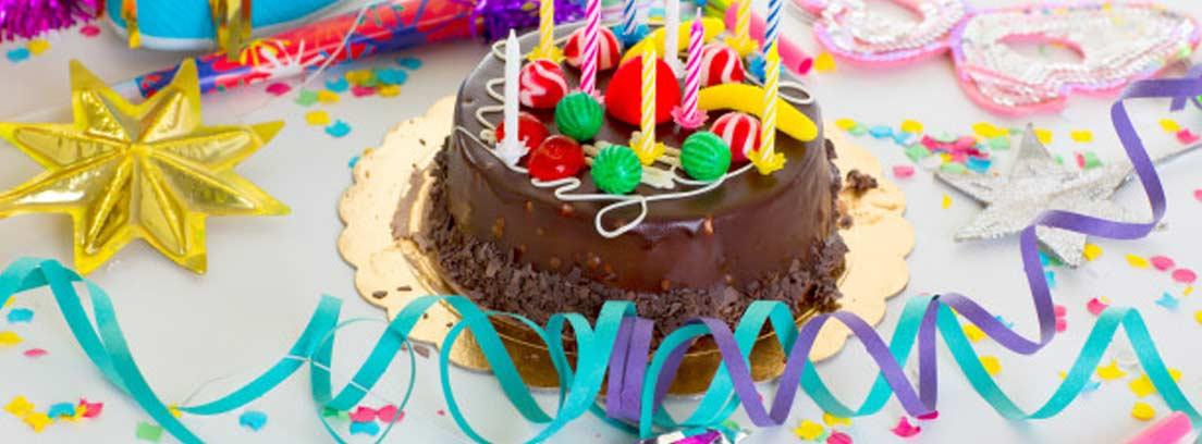 tarta de chocolate con decoración de chuches