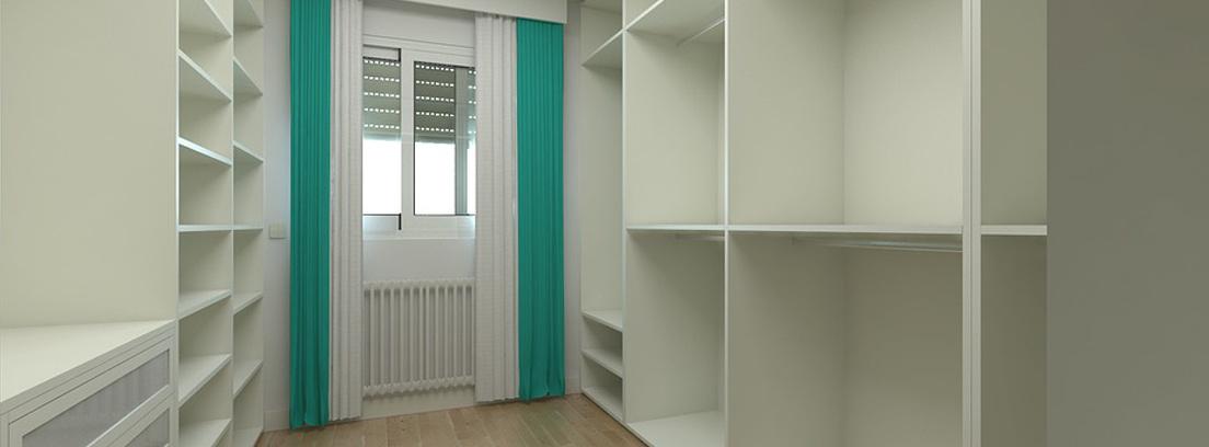 vestidor blanco vacío en una habitación pequeña