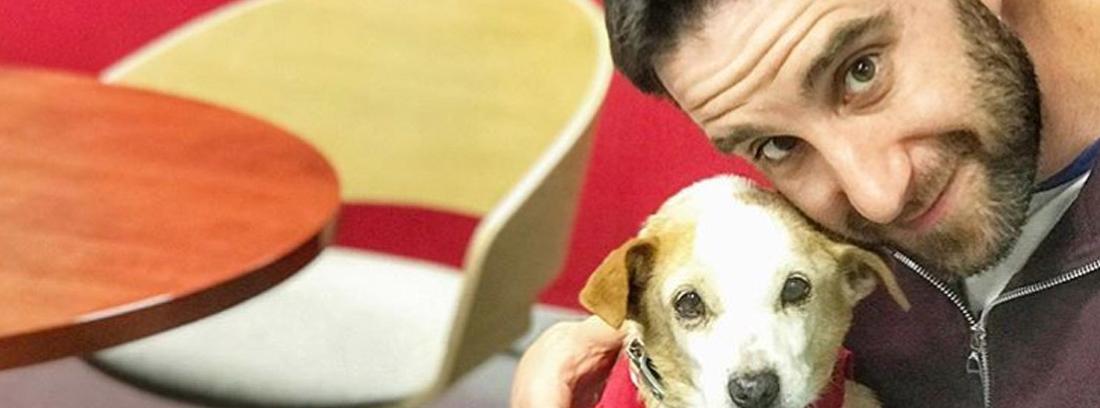 Dani Rovira con una de las perras que ha ayudado a encontrar hogar.