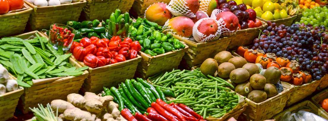 Frutas y verduras sin plástico expuestas en cajas reciclables