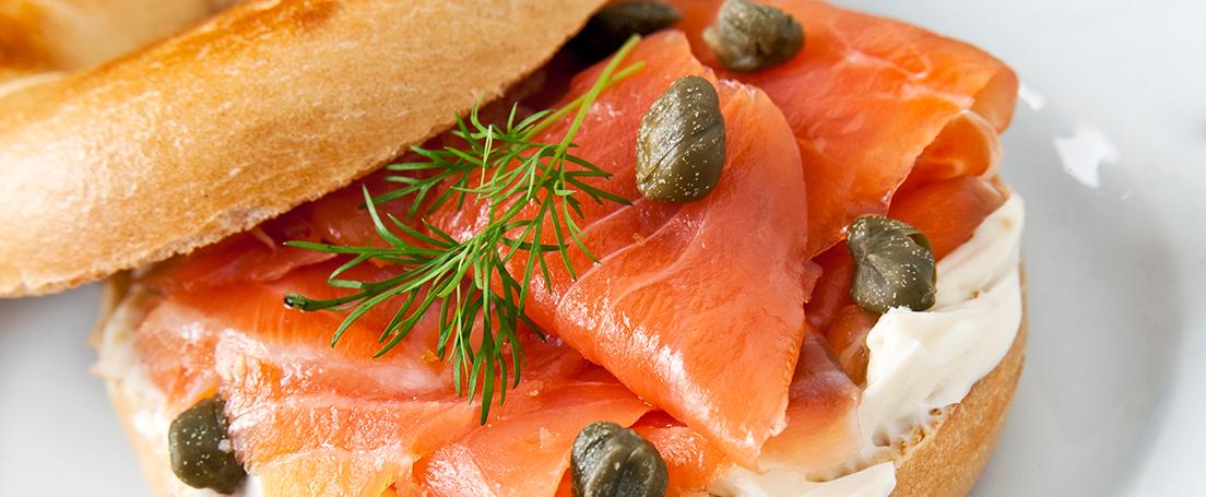 Bagel con salmón y crema de queso