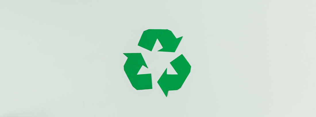 Símbolo de reciclaje sobre varios productos de cartón