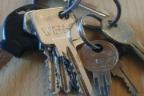 varias llaves sobre una mesa
