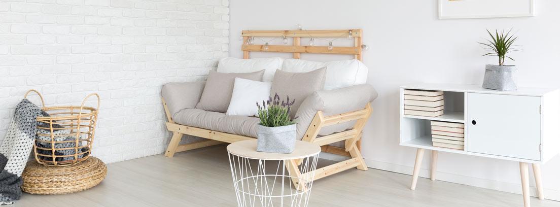 Sala de estar con sofá, aparador y cestos decorada según la tendencia lagom