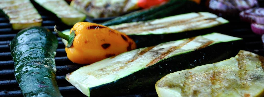 Primer plano de una barbacoa con verduras asadas