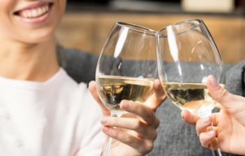 Dos personas brindando con copas de vino moscatel