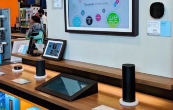 Expositor de Amazon Alexa con diferentes asistentes y dispositivos