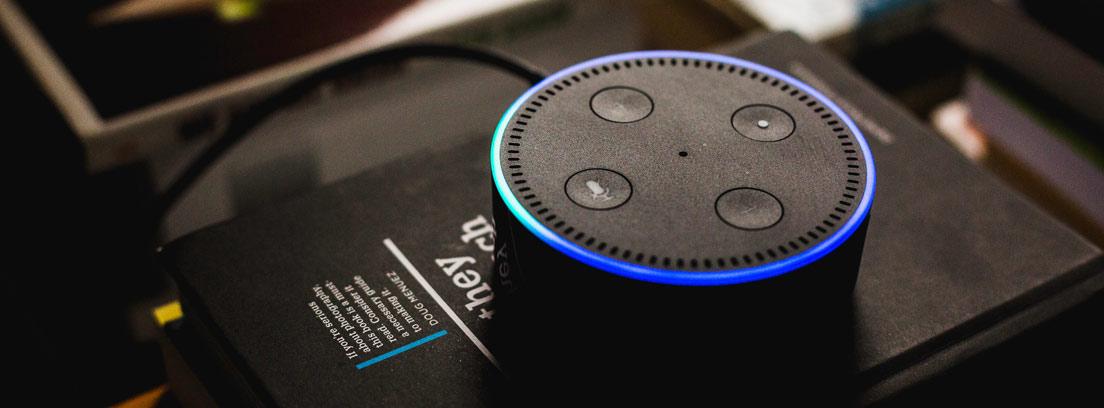 Asistente Amazon Alexa Dot sobre una meda con libros