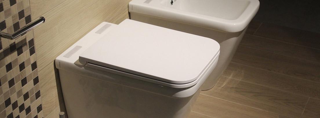 Interior de cuarto de baño con inodoro con cisterna empotrada