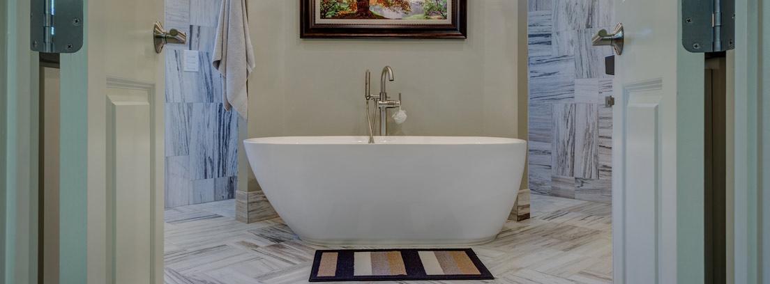 Bañera de diseño actual y redondeado en el centro de una habitación.