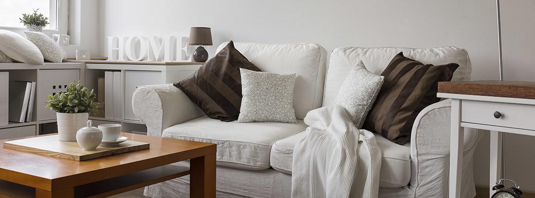 Salón con sofá, mesas y lámpara de pie