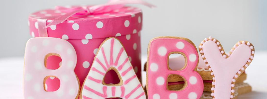 Caja rosa con letras dulces en las que pone Baby