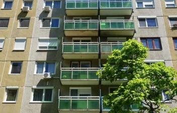 Vista general de fachada de edificio de viviendas.