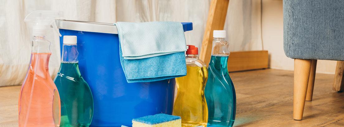 Productos de limpieza, trapos y cubo
