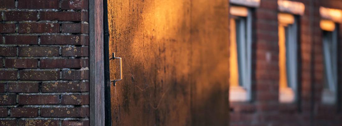 Puerta estilo granero en un edificio