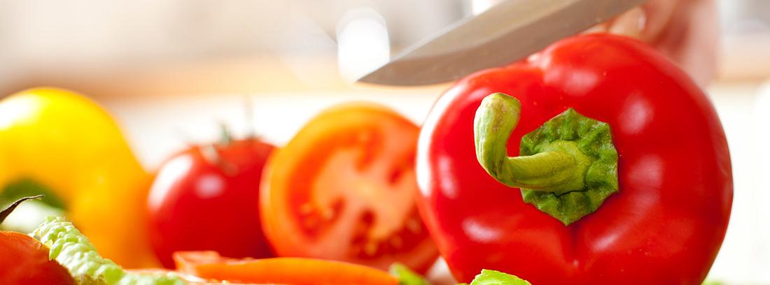 Verduras preparadas para realizar un corte con cuchillo
