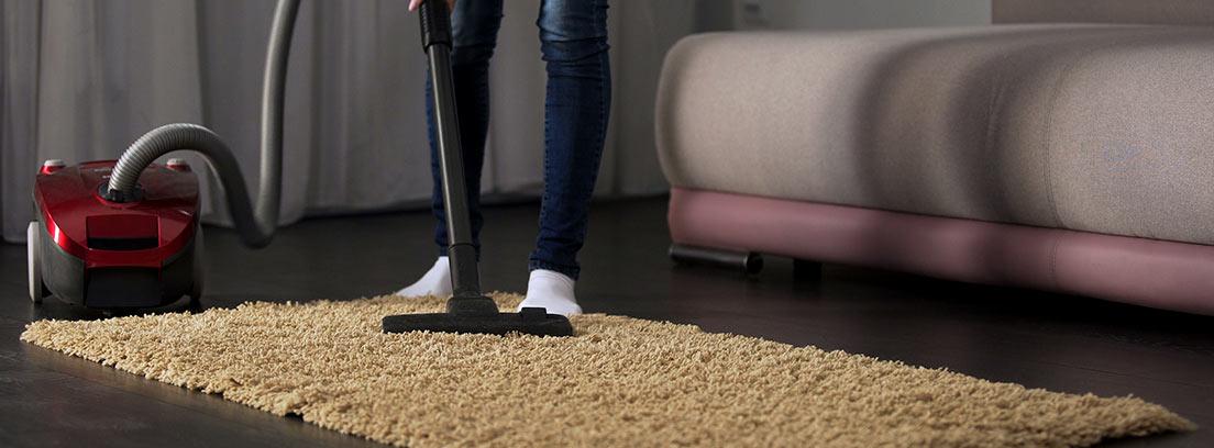 Trucos para limpiar una alfombra de pelo corto