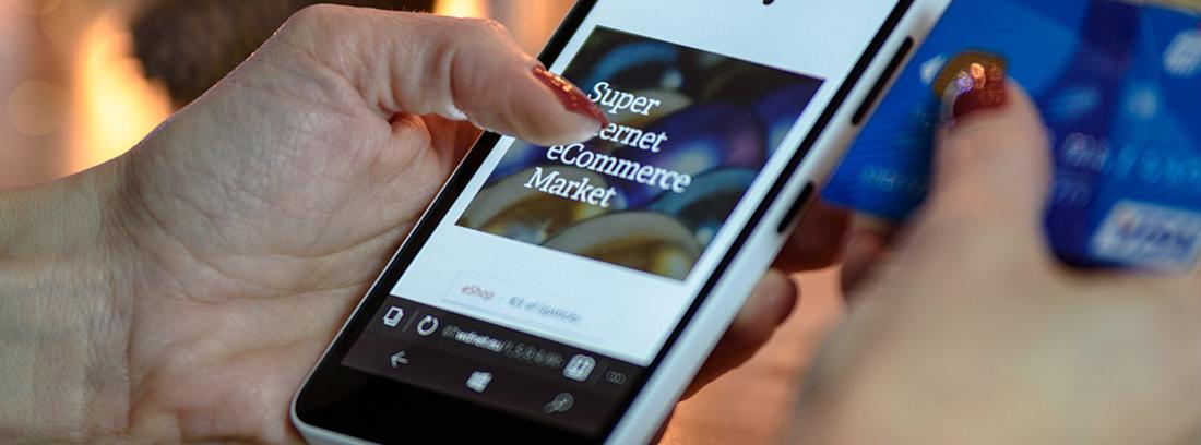 Mano sujeta un móvil con pantalla de tienda de compra online
