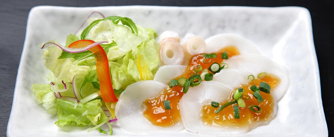 carpaccio de pulpo con salsa, acompañado de ensalada