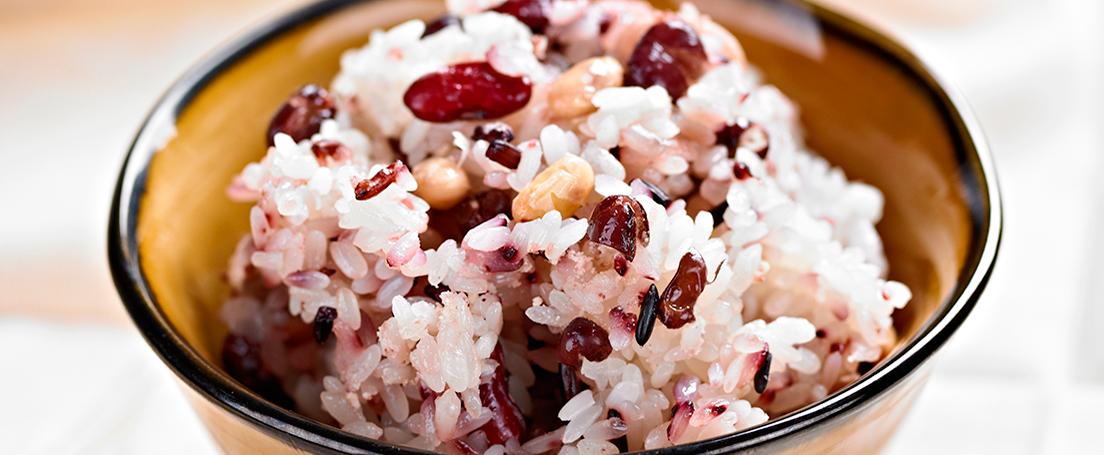 bol de ensalada de arroz y alubias rojas
