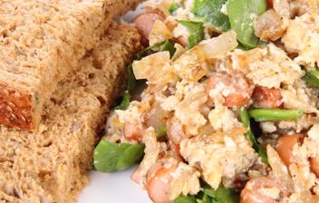 palto de huevos revueltos con salchicas, espinacas y pan