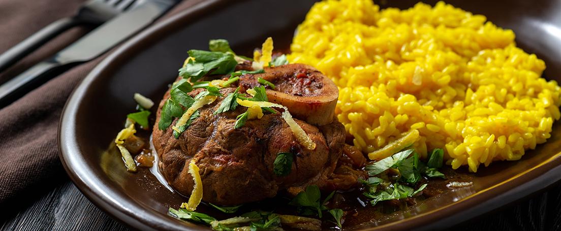 plato negro con osobuco y risoto a la milanesa