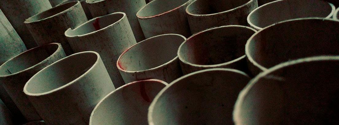 Varias tuberías de PVC