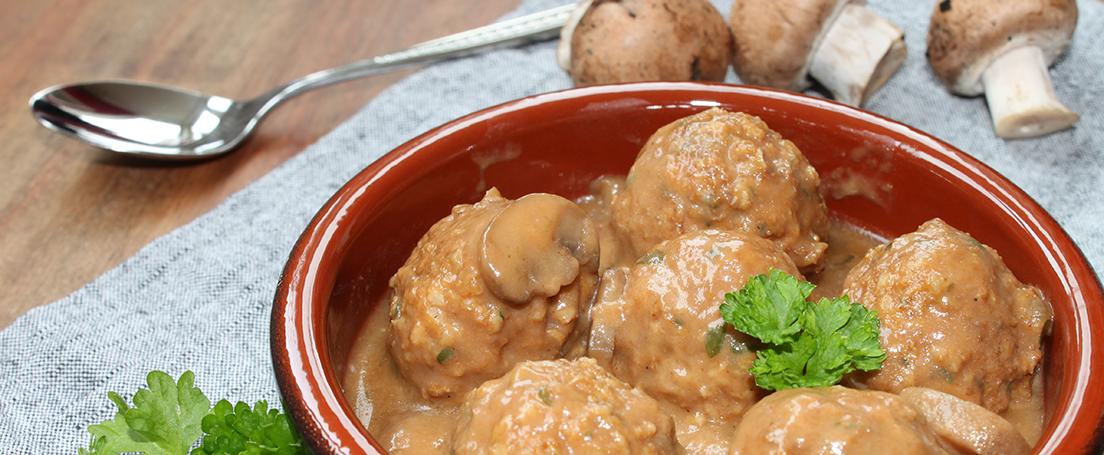 cazuela de barro con algondigas en salsa de setas