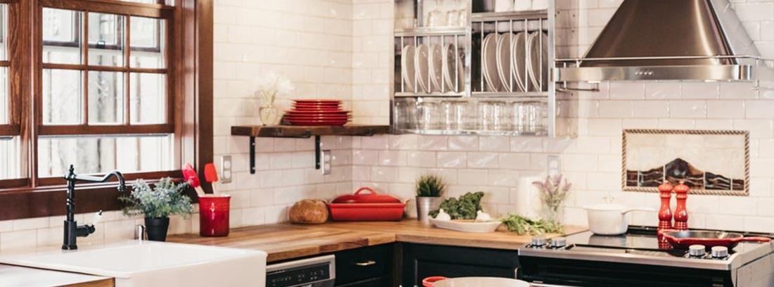 Cocina rústica con muebles negros y detalles en acero industrial