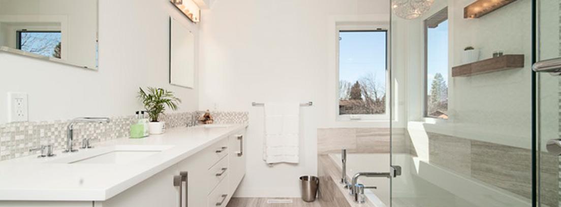 Cuarto de baño con pequeña ventana en el fondo.