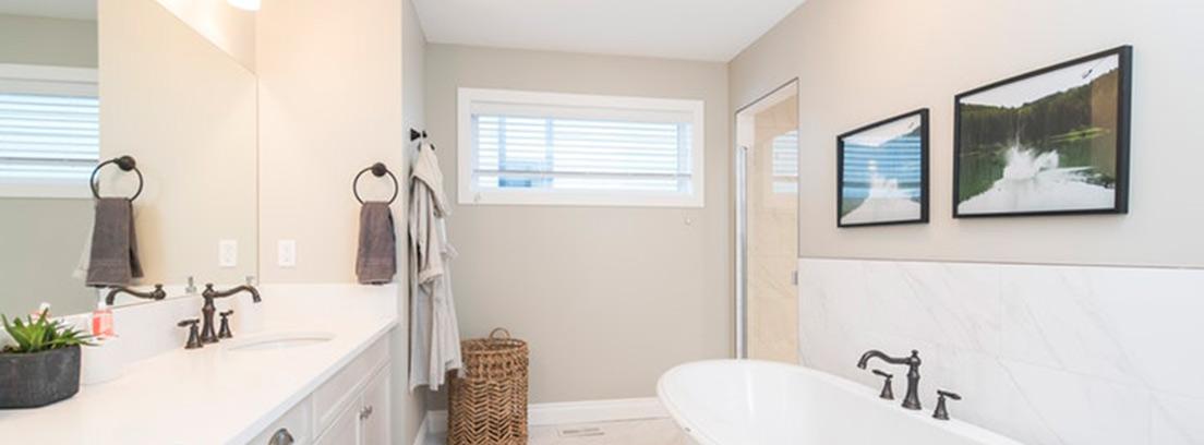Cuarto de baño grande con luces sobre zona lavabo y bañera.