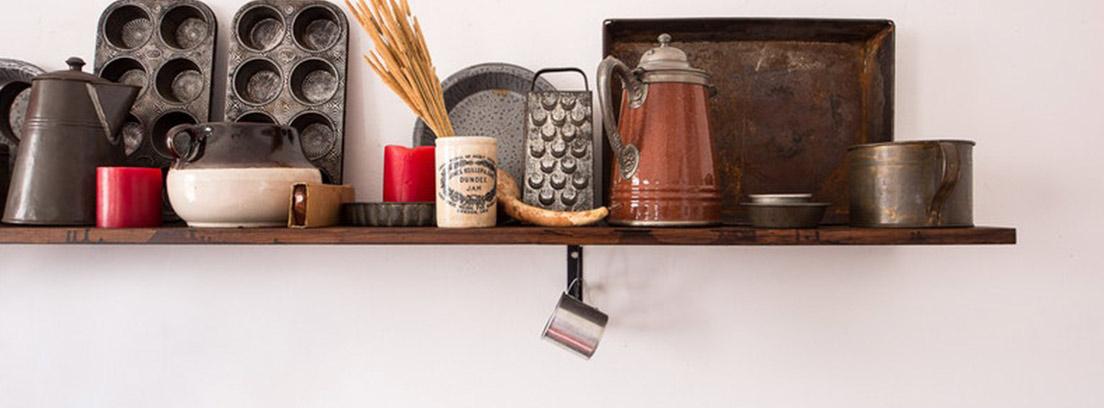 Estantería de madera con utensilios y cosas de cocina sobre él.