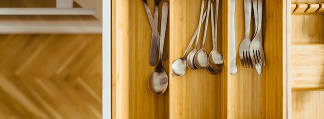 Interior de cajón de cocina con separador de cubierto de madera