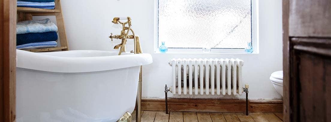 Cuarto de baño con bañera y radiador