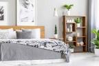 Dormitorio en tonos grises con cabecero de madera