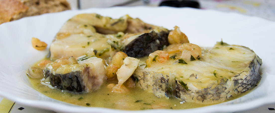 plato blanco con merluza en salsa a la sidra