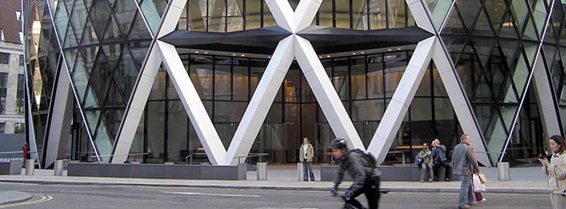 Parte inferior de la Torre sede de Swiss Re en Londres