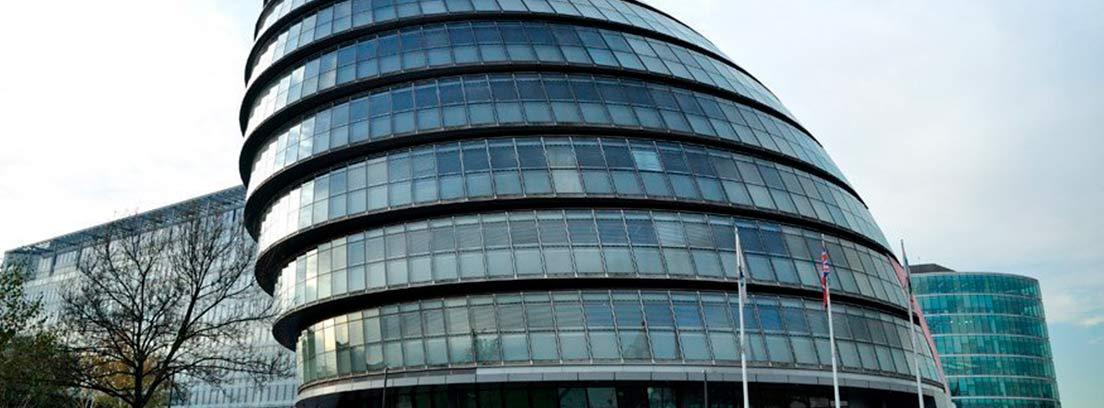 Vista principal y completa del Ayuntamiento de Londres obra de Foster.