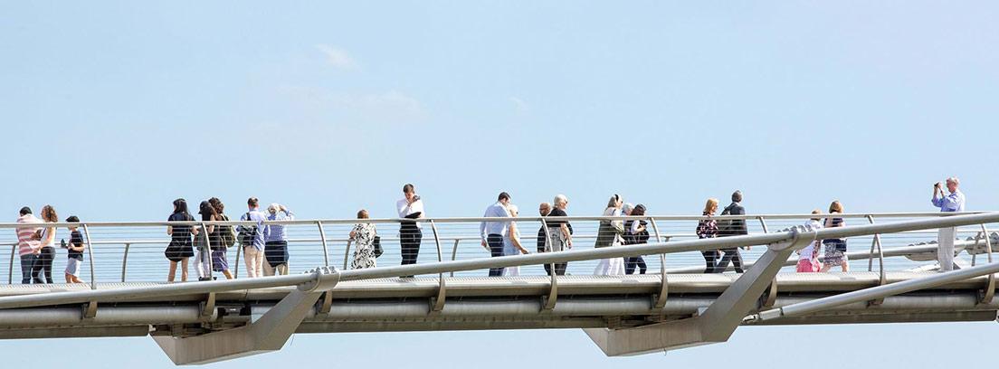 Vista parcial recortada sobre el cielo del Puente del Milenio de Londres