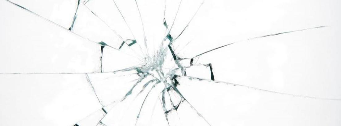 Vidrio con impacto central y roto alrededor