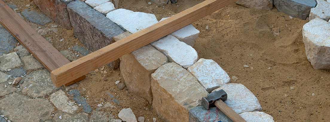 Obra de un camino de piedras con herramientas