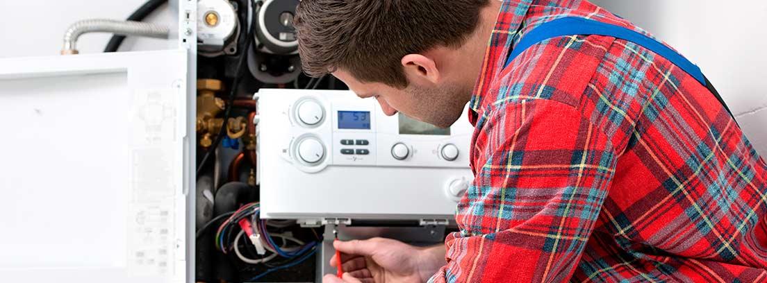 técnico revisando una caldera