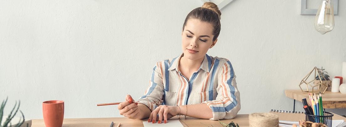 Mujer sujeta en su mano una cuerda sobre la que aplica una pieza.