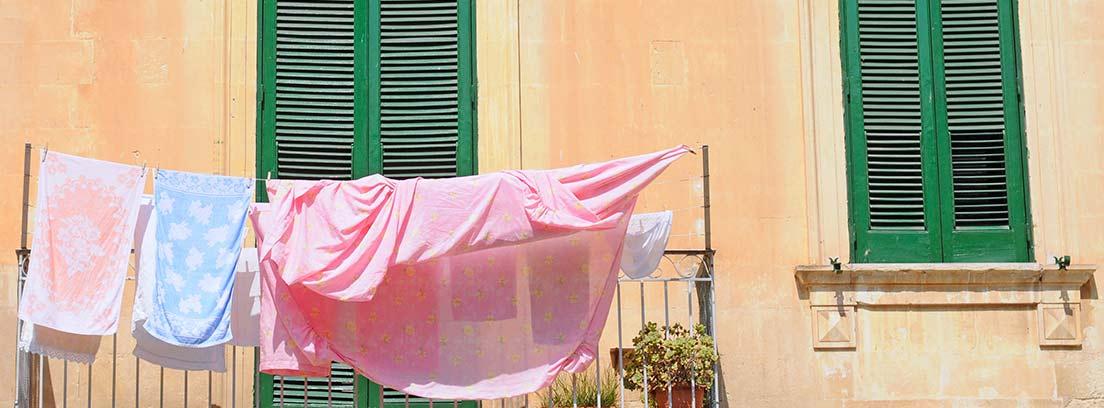 Sábanas y toallas en un tendedero