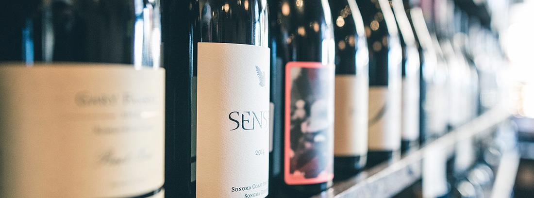 Estante con muchas botellas de vino