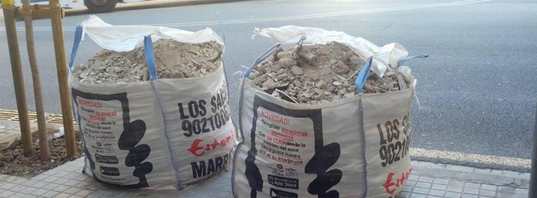 Sacos de escombros en la calle