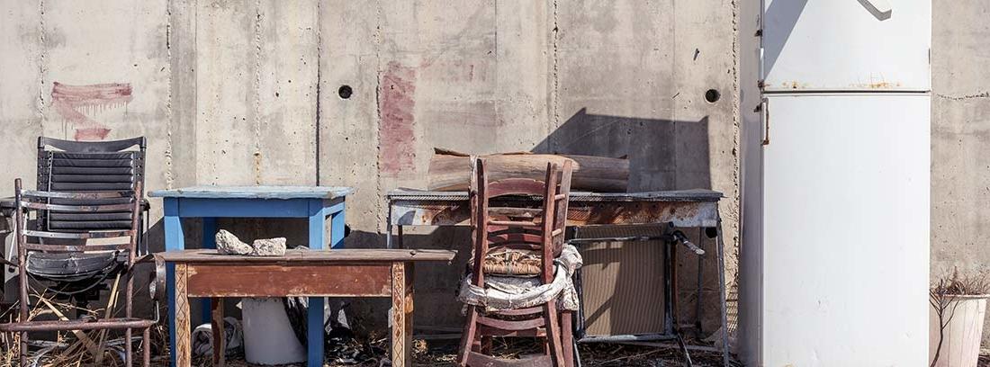 Muebles y trastos viejos tirados en la calle